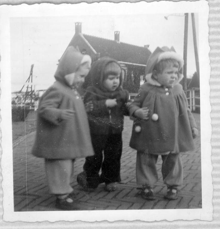 """""""Wie was mijn liefste vriendinnetje, vragen ze steeds. Plonie? Of toch Nellie? Maakt niet uit, ze staan als tweeling altijd samen voor m'n deur. Spelen willen we. Maar vanmorgen was het koud. Hemd aan, borstrok, trui, lange onderbroek, broek en dikke duffelse jas. Ik kan me niet bewegen. Help! """" Conny #fotoschrijven"""