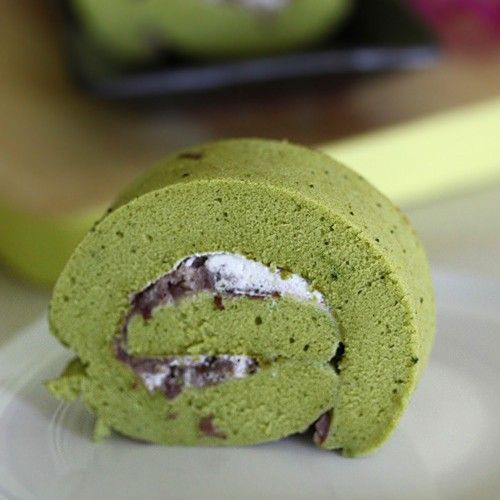 Matcha roll is a popular Japanese cake. It is a refreshing sponge cake rolled with cream and red bean filling. Easy matcha roll recipe. | rasamalaysia.com