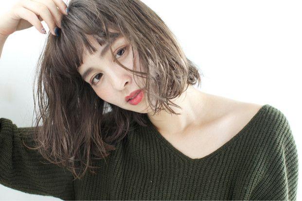 髪を切ろうか迷っているとき、前髪のスタイルに悩む人も多いのではないでしょうか。それならあなたの輪郭に合わせて似合う前髪にしてみるのはいかが?
