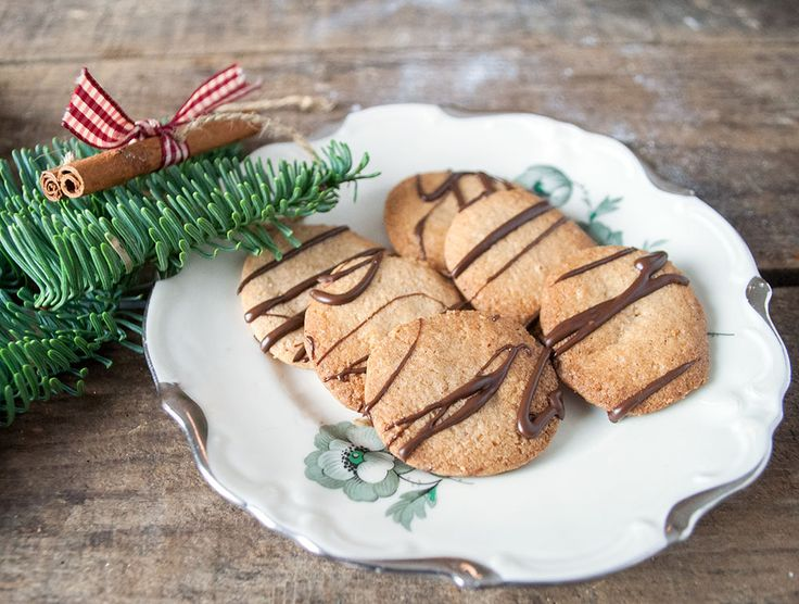 Jeg har bagt dem før, disse lækre og sprøde italienske kager. Men nu er det jul, og der skal tilsættes noget nissesmag. Og hvad er mere nærliggende end kanel. Det kunne også have været ingefær elle…