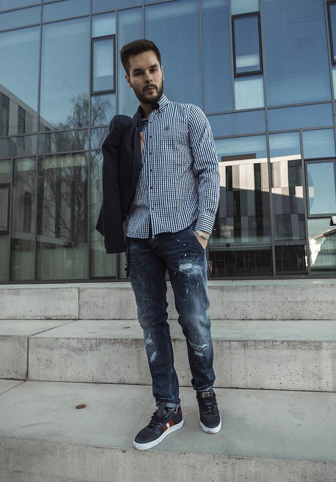 Now we're placing a bet on navy blue. The ckecked shirt attracys the sight thanks to the blazer. The look is fantastically juiced up by trainers with white outsoles and great jeans.