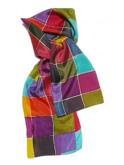 Echarpe de seda pura alemã, tingida artesanalmente com aquarela de fixação à vapor. Esta aquarela especial (para seda 100% pura) garante que o final do processo resulte em um lenço de cores vivas e de toque suave. Seda Pongè 8.