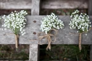 25 Inspiring Baby's Breath Arrangements for Weddings: Baby's breath boutonnieres