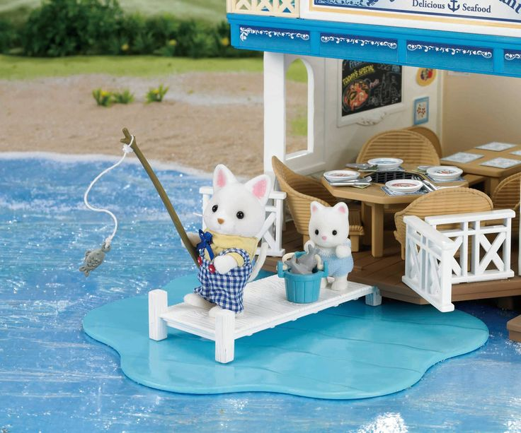 Ο μπαμπάς Fred ψαρεύει μόνος του τα ψάρια που μαγειρεύει στο εστιατόριο του. Ο μικρούλης του τον βοηθάει πολύ με το ψάρεμα. ;) Όταν βοηθάς τους μεγάλους μαθαίνεις ενώ διασκεδάζεις. Οπως ακριβώς και όταν παίζεις με τις Sylvanian Families. ♥