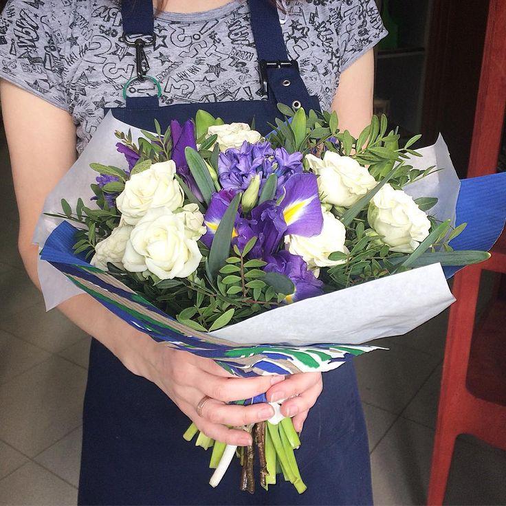 Ирис, гиацинт и кустовые розы🍃💙  💳1500₽.  Букет в наличии на Малыгина, 51.  📞633-077/Viber 8(929)268-07-99/Direct  #flowers #flowergirl #flowershop #цветы #dizmag #tmn #tyumen
