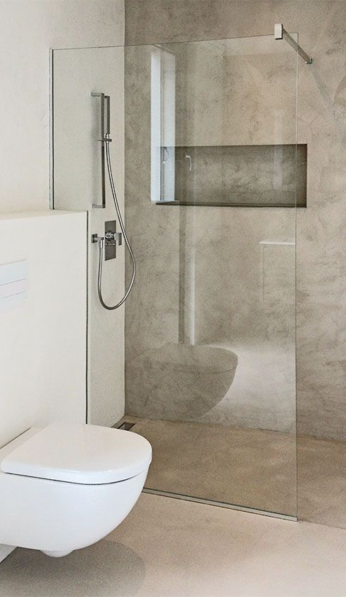 Duschtrennwand aus Glas mit Eckausbruch und eckiger Stabilisationsstange