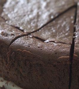 עוגת שוקולד עסיסית בטירוף (וזולה) של קרין גורן - הכנתי ליום ההולדת של אדר, עם קמח כוסמין מלא, ולציפוי שמתי שוקולד מריר מומס עם שמן קוקוס. נצפתה הצלחה (אבל זה תפח הרבה באמצע ופחות בצדדים - זה כנראה קשור יותר לתנור)