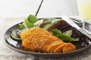 Ce repas de poitrines de poulet enrobées de chapelure au parmesan et cuites au four pourrait devenir un favori de la famille.