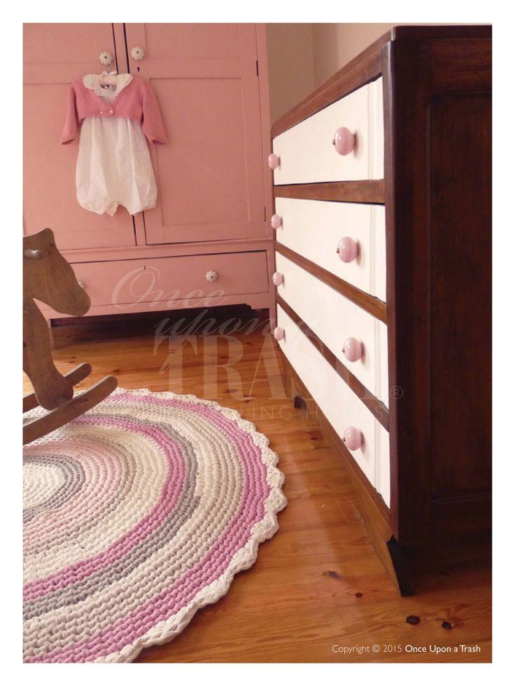 QUARTO DE BEBÉ CASCAIS * By Once Upon a Trash Pormenor da cómoda, com estrutura encerada em tons de nogueira, gavetas pintadas a branco e novos puxadores em porcelana cor de rosa; Tapete em crochet de algodão feito com os tons do quarto.