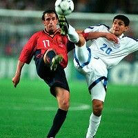 Spain 0 Paraguay 0 in 1998 in St Etienne. Denis Caniza beats Joseba Etxeberria to the ball in Group D #WorldCupFinals