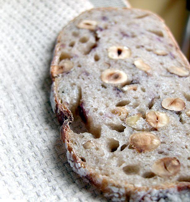 Pane alla mela, cipolla di tropea e nocciole   http://www.ilpastonudo.it/lievito-naturale/pane-alla-mela-cipolla-di-tropea-e-nocciole/