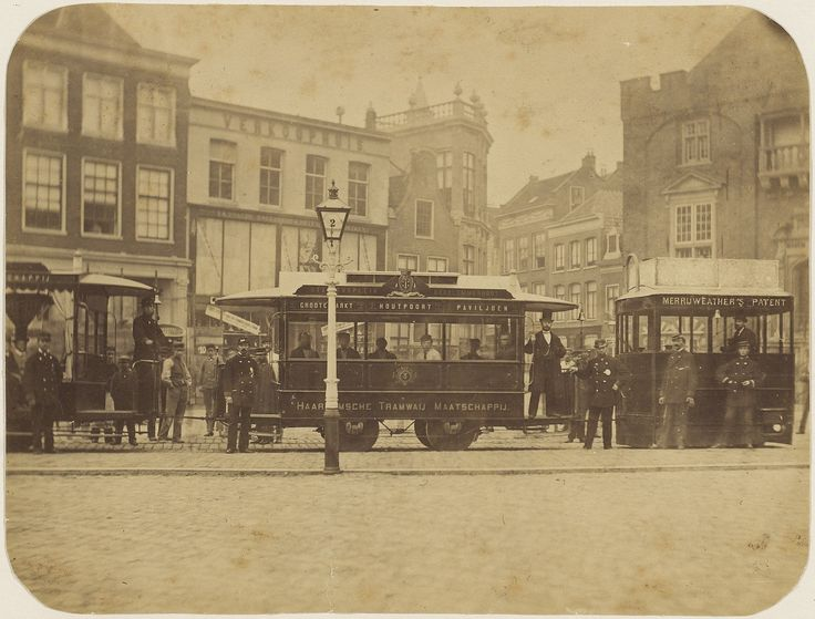 Proefrit van een stoomtram van de Haarlemsche Tramwaij Maatschappij, 30 oktober 1878. De tram bestaat uit paardentramrijtuigen, voortgetrokken door een Merryweather stoomlocomotief. Foto 1878