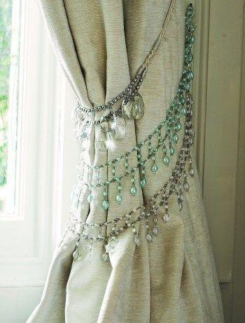 Rediseña tus viejos collares de diamantes falsos con el fin de hacer abrazaderas para las cortinas y así crear un hogar con un estilo bohemio.