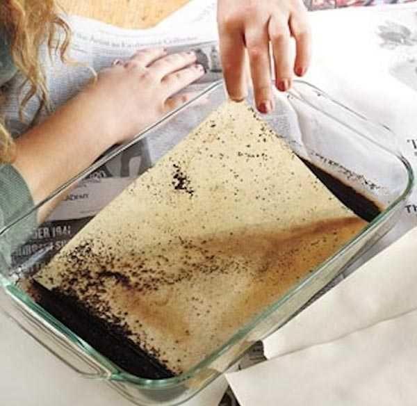 Mettez le papier dans du marc de café humide pour le vieillir  Donner un aspect vieilli à du papier Plongez des feuilles de papier dans un mélange de marc de café et d'eau. Laissez trempez 1 à 2 min puis laissez sécher et enlevez délicatement le marc de café du papier.
