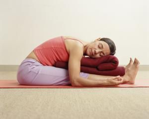 Cinco posturas restaurativas de yoga: Paschimottanasana (postura de la cabeza en las rodillas)