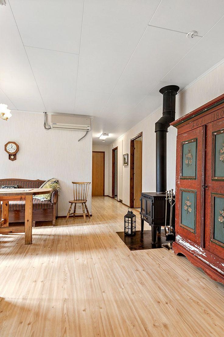 Bortanför ligger tre sovrum och en klädkammare. Intill ligger badrummet, ett rymligt badrum med dusch ,WC och handfat. Tvättstugan ligger bortanför köket, en bra tvättstuga som har en lång arbetsbänk med bra belysning, en garderober och även en toalett. Finns även en utgång till baksidan.