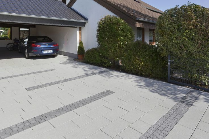 Klare Gestaltung der Hofeinfahrt mit Padio 26 und dunkelgrauen Akzenten von Rinn Beton- und Naturstein. #rinnbeton #gartengestaltung #design
