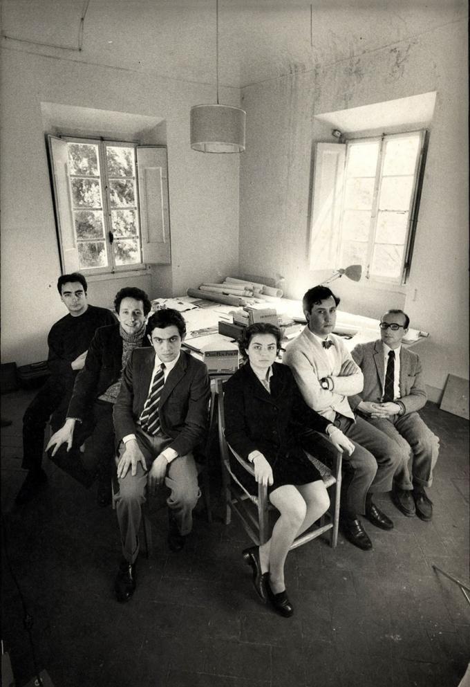 Archizoom in 1969. Right to left.- Gilberto Corretti, Andrea Branzi, Massimo Morozzi, Lucia Morozzi Bartolini, Dario Bartolini, Paolo Deganello.