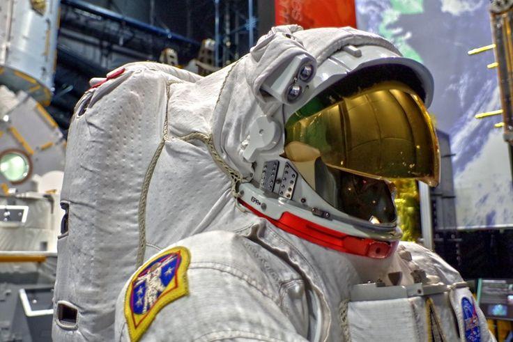 一度行ってみたかったJAXA筑波宇宙センター。  展示スペースには所狭しと原寸大の人工衛星やロケットエンジ…
