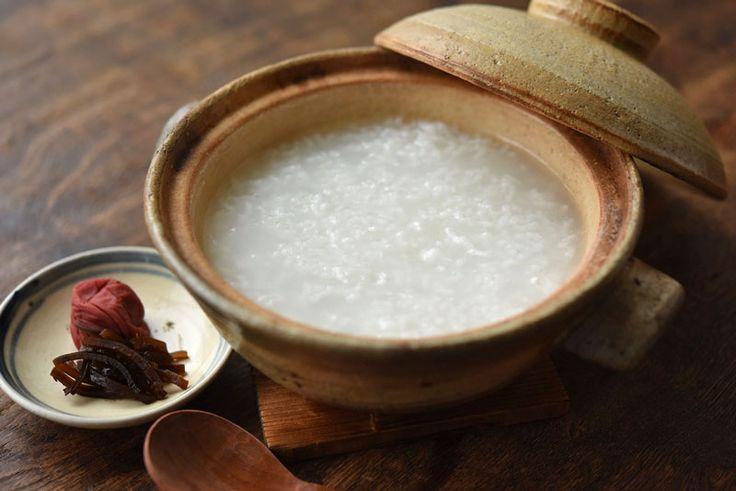いちばん丁寧な和食レシピサイト、白ごはん.comの『おかゆの作り方』を紹介するレシピページです。基本となるおかゆの作り方を詳しくまとめています。米と水の分量をはじめにはかれば、おかゆの硬さも好みの加減にできます。火にかける時間が短くできるレシピも合わせて紹介しています。