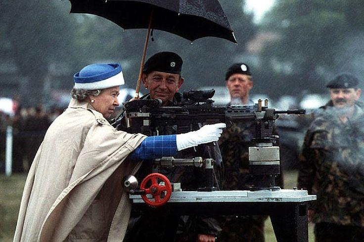 Когда монарх всегда готов встать на защиту.  Интересный факт: королева Елизавета II служила в армии Великобритании во время Второй Мировой войне, будучи членом королевской семьи.
