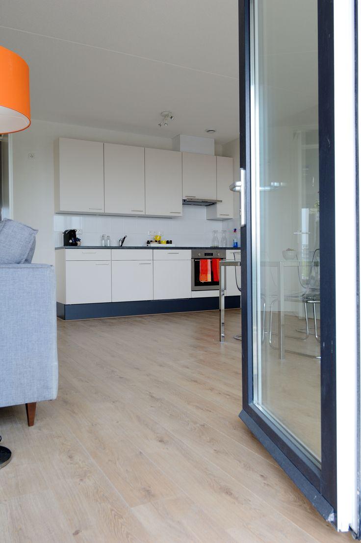 Op zoek naar een huurwoning in Nieuwegein? 27 luxe stadsappartementen in het centrale winkel hart van Nieuwegein. Open keuken voorzien van inbouwapparatuur (vaatwasser, oven, kookplaat) Luxe badkamer met zowel ligbad als een aparte douche. Inpandige berging met droger- en wasmachine aansluiting. Extra (ruime)berging in de garage Dicht bij A2 A12 en A27. Energielabel A. Verwarming via warmte-koudeopslag (WKO). Kijk voor meer informatie op www.gevaertmakelaars.n
