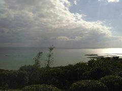 沖縄本島の最南端にあるカフェくるくまから見た景色です テラス席からみる風景は絶景店内には展示スペースや販売コーナーなどもあり タイから認定されているタイ料理も美味しかったですよ 写真を摂ったときは雨上がりの日暮れだったので一面に広がるエメラルドブルーと ディープブルーの海が見れなかったのは残念でしたが また行きたいと思う観光スポットでしたよ  ぜひ絶景カフェ くるくまの紹介サイトをご覧ください http://ift.tt/2hFOiY2  沖縄県南城市知念字知念1190  tags[沖縄県]