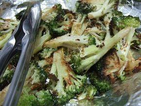 """o melhor brocoolis """"da vida """"Espalhe os brócolis regue com 5 colheres (sopa) de azeite, 1 1/2 colher (chá) de sal e 1/2 colher (chá) de pimenta do reino moída na hora. Espalhe 2 a 4 dentes de alho fatiados por cima  Leve para assar por  15 a 25 minutos Tire do forno e rale a casca de 1/4 limão e regue o suco mais 1 1/2 colher (sopa) de azeite  queijo parmesão 2 colheres (sopa) de folhas de manjericão picadas. E shoyu"""
