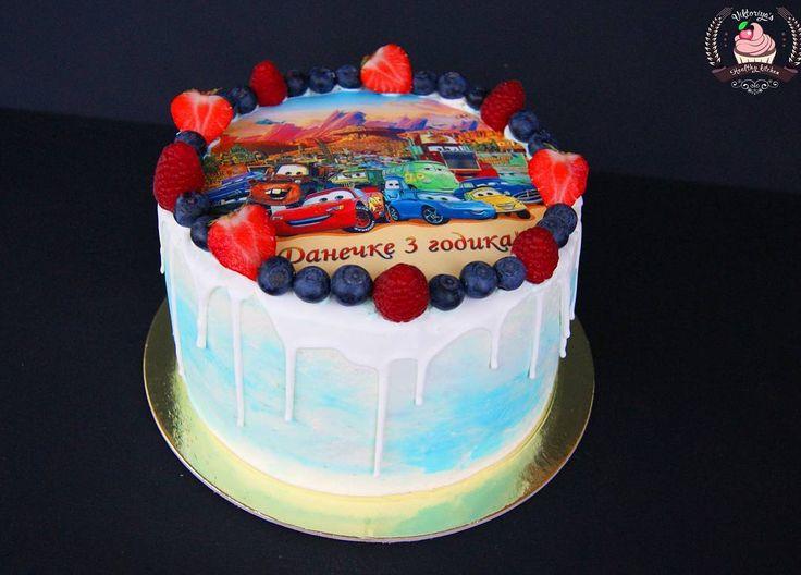 Торт для юного именинника)) Пусть у малыша будет счастливое детство!👶🏁🚘 Внутри ванильный бисквит, сырно-сливочный крем и малиновое конфи.