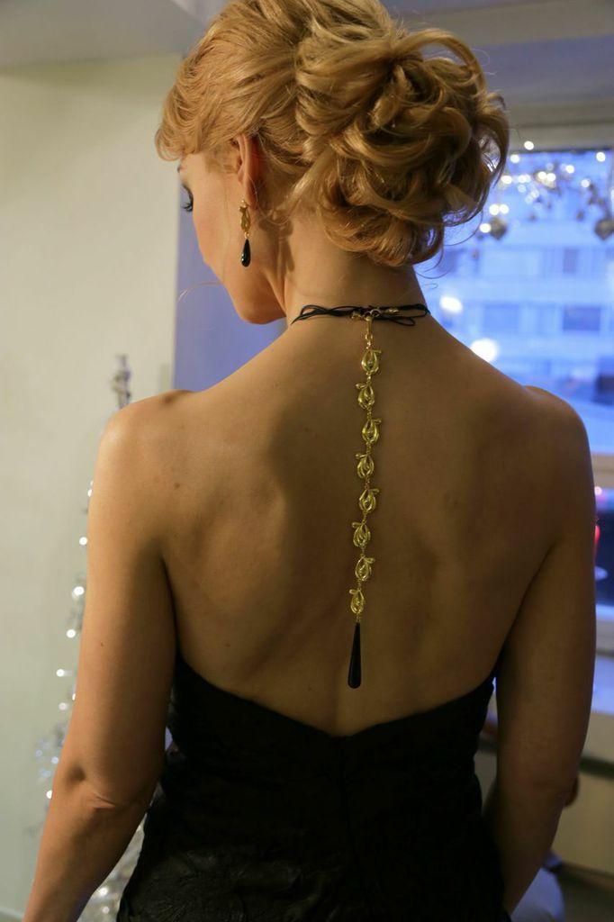 Dahlia backpiece and earrings. Photo Eveliina Säkkinen.