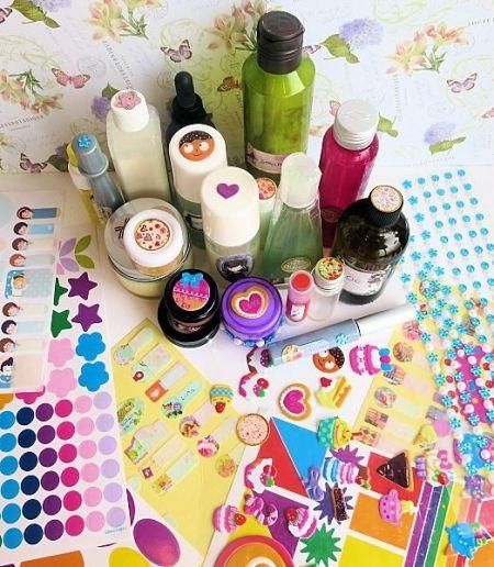 Decorare i cosmetici fai da te con etichette e adesivi
