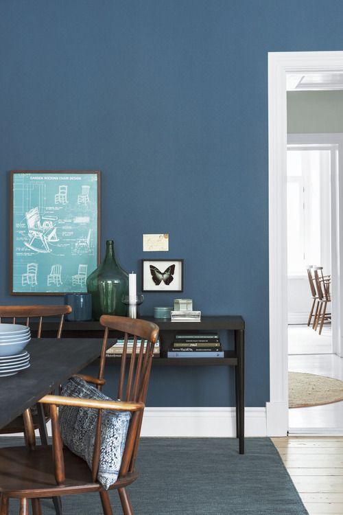 Mooi blauw met donker hout, sfeervol met een koelere kleur.