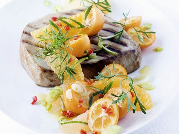 Thunfischsteak vom Grill mit Zitussalsa ist ein Rezept mit frischen Zutaten aus der Kategorie Salsa. Probieren Sie dieses und weitere Rezepte von EAT SMARTER!