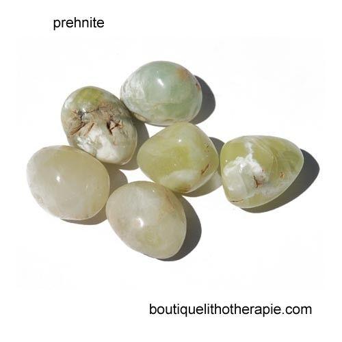 Propriétés et vertus de la préhnite en lithothérapie : pierre verte utilisée au chakra du cœur, 4e chakra, pour faciliter les relations amoureuses et sentimentales, attirer l'amour et apaiser les peines de cœur