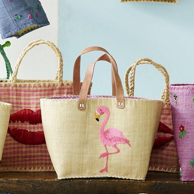 Mooie handgemaakte handtas van raffia in naturel met een geborduurde flamingo. De tas heeft leren hengsels en een binnenvak. De voering is van katoen.