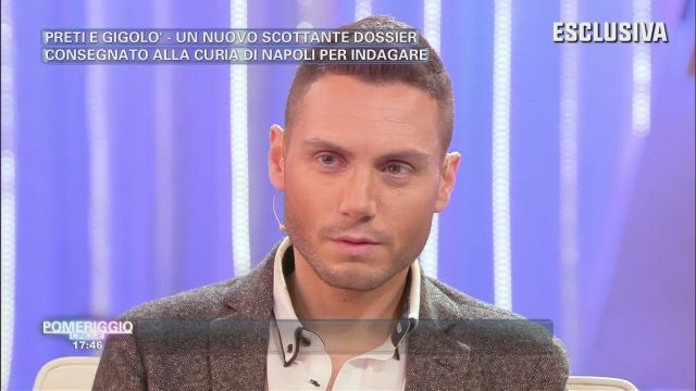 Il gigolò Francesco Mangiacapra svela a Pomeriggio Cinque i nomi dei suoi clienti sacerdoti gay - http://www.wdonna.it/gigolo-francesco-mangiacapra-svela-pomeriggio-cinque-nomi-dei-suoi-clienti-sacerdoti-gay/89490?utm_source=PN&utm_medium=Gossip&utm_campaign=89490