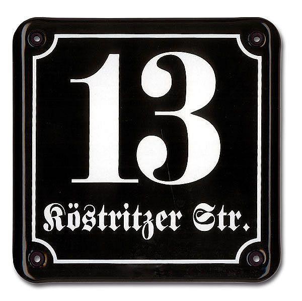 Emaille Hausnummer mit Straßenname . Die Emaille Hausnummer können Sie wahlweise in gewölbter Form oder als Facette bestellen. Die Abbildungen der Hausnummern verstehen