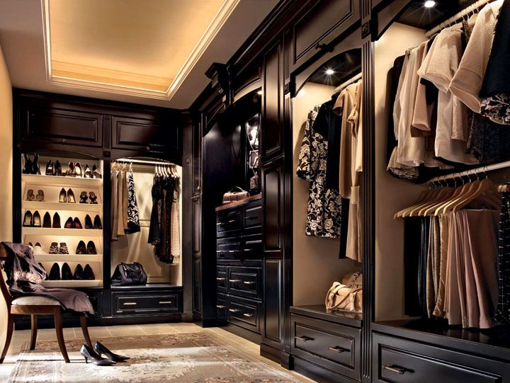 Modern-closet-design-with-art-decorating-system