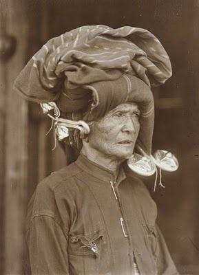 Foto seorang wanita karo diperkirakan pada tahun 1920-1925