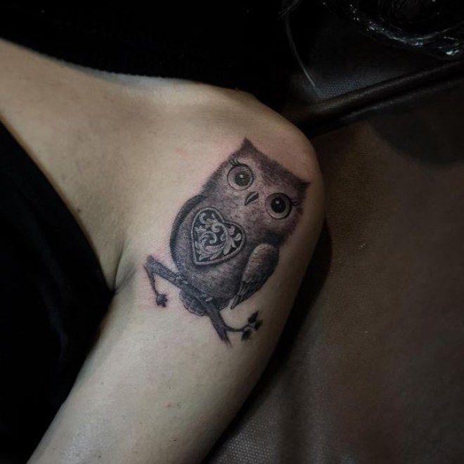 Un tatouage de hibou tout mignon sur une épaule. D'autres motifs de tatouage avec un hibou ou une chouette sur auefminin.