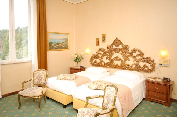 Grand Hotel Excelsior a Chianciano Terme. Le camere standard, situate nell'ala storica dell'hotel, godono di esposizione sul parco privato che si affaccia sulla vallata. Dispongono tutte di ampio bagno con finestra.