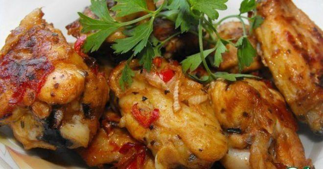 Ингредиенты: Крылья куриные — 1 кг Лук репчатый — 1 шт Чеснок (раздавленный) — 6 зуб. Уксус (винный белый) — 1 ст. л. Перец чили (порезанный) — 2 шт Паприка острая (молотая) — 1 ч. л. Паприка сладкая (молотая) — 1 ст. л. Масло оливковое (или растительное ) — 60 мл Орегано (сушеный) — 1 …