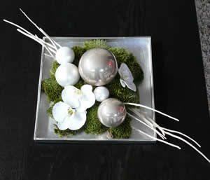 Kerststuk met kerstballen en Orchidee