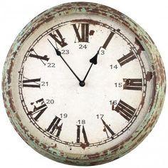 een ronde wandklok met Romeinse cijfers.de klok heeft een behoorlijke vintage uiterlijk