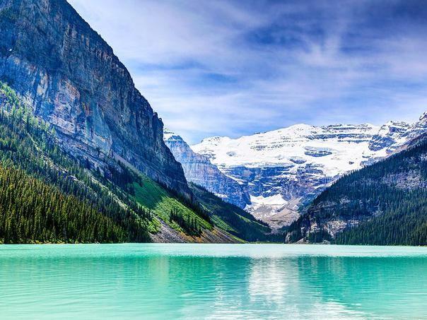 Lac Louise. Dans l'Alberta, un petit mais splendide lac d'altitude (1750 m), réputé pour ses eaux émeraude.