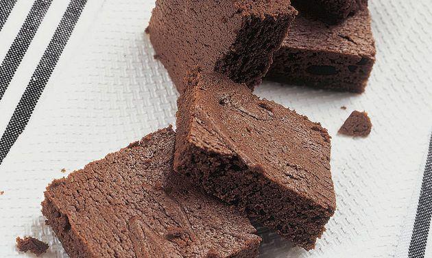 Basler Schoggi-Torf: Die Schokolade mit dem Wasser im Wasserbad schmelzen. Zucker und Eigelb schaumig rühren, Butter zufügen, kurz weiter rühren. Die ...