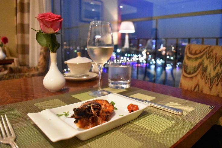 Situado en la orillas del Río Nilo, el Nile Ritz-Carlton, es un hotel de lujo con toda una historia. En 1959 fue inaugurado y fue el primer hotel de 5 estrellas en el cairo. El hotel captura la escencia de la ciudad e invita a disfrutar de las amenidades que ofrece. El Nile Ritz-Carlton cuenta con vistas al Nilo, a la ciudad, a la Citadela e incluso a las Pirámides. Su ubicación es muy céntrica ya que se encuentra entre el río Nilo y el Tahrir Square, y se encuentra junto al Museo Egipcio…