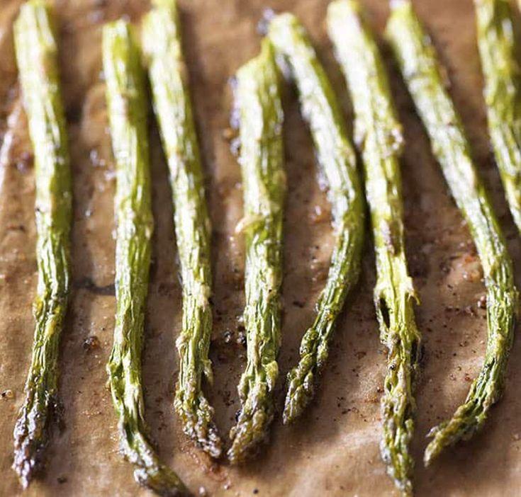 Notre recette de asperges au beurre à l'ail est toute simple et rapide à cuisiner. C'est bon à s'en lécher les doigts.