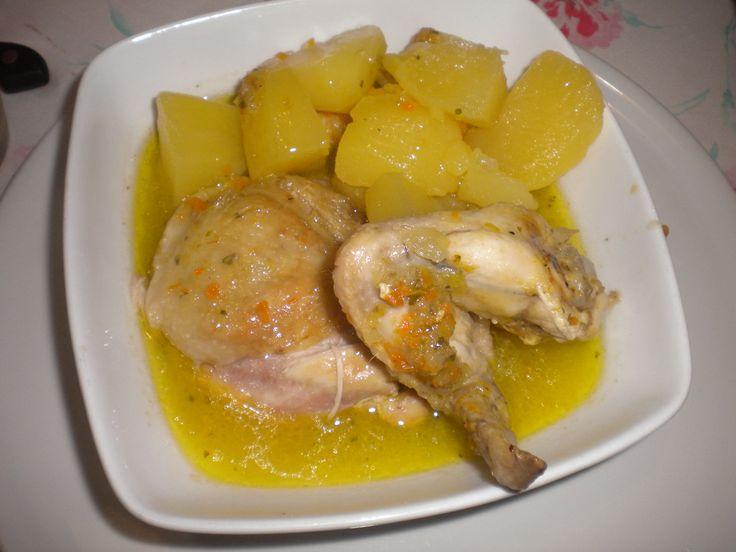 Brodo di pollo Ingredienti 2 coste di sedano 2 carote 1 cipolla 1 porro 1 patata 1 ciuffetto di prezzemolo 1 cucchiaino di sale 1 kg di pollo, pulito lavato e asciugato, qualsiasi pezzo andrà bene Procedimento Lavate e sbucciate le verdure, poi mettetele insieme al pollo qualsiasi parte andrà bene, anche le più umili in una pentola capiente, con circa due litri d'acqua. Fate bollire il liquido, poi abbassate la fiamma e fate sobbollire per minimo un'ora. Più a lungo cuocete il brodo…