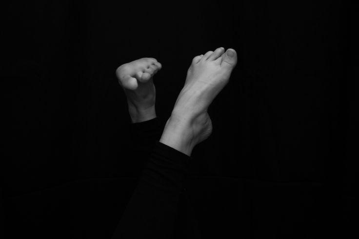 Photographer María de Bedoya. January 2015. Black and white photo inspired in Alfred Stieglitz. Black hair girl . feet .